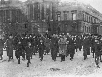 Photo by Otto Haeckel: Demonstration in Berlin, Unter den Linden; sailor Johann Marx waving a red flag, 9.11.1918.